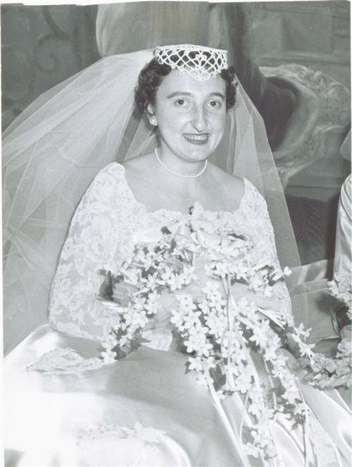 Angela_damato_wedding_w_bouquet